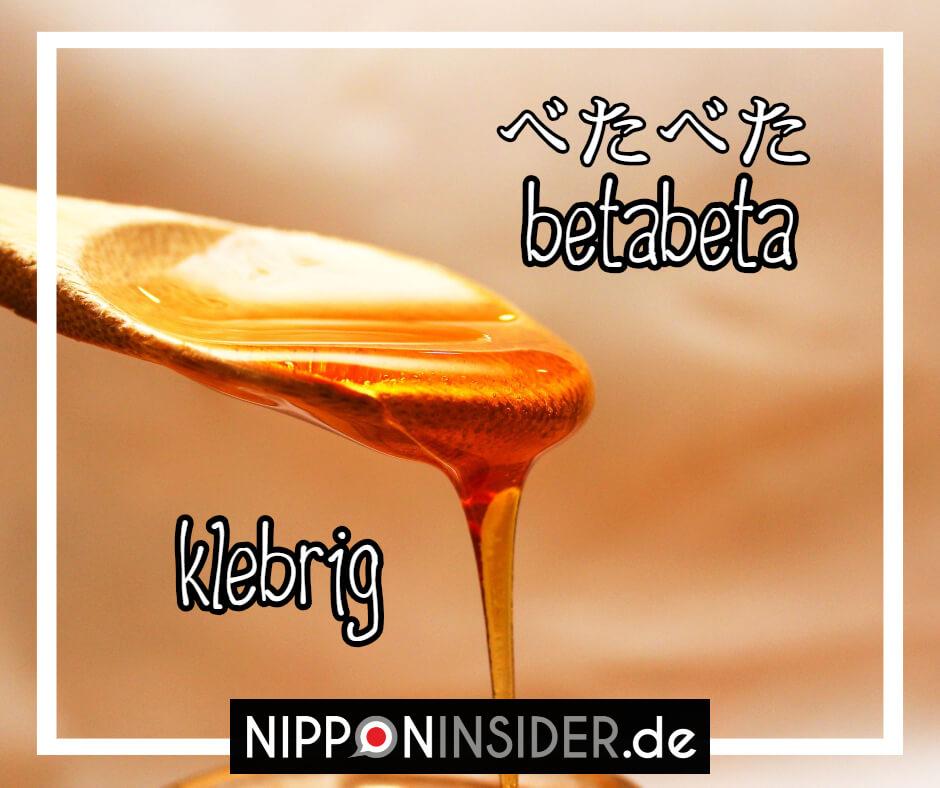 """Bild: Honig läuft von einem Holzlöffel. Text: betabeta ist ein japanischer umgangsprachlicher Ausdruck für """"klebrig"""". Japanische Ausdrücke auf Nipponinsider"""