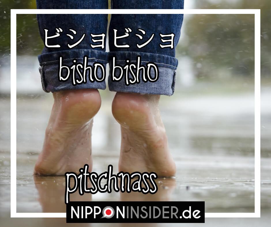 """Bild: Füße, die auf einer pitschnassen Straße stehen. Text: bishobisho ist ein japanischer umgangsprachlicher Ausdruck für """"klitschnass"""". Japanische Ausdrücke auf Nipponinsider"""