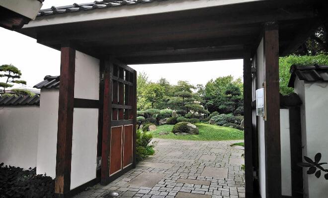 Eingang vom Japanischen Garten in Bad Langensalza mit Blick in den Garten | Nipponinsider